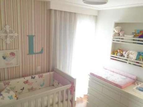 31. Papel de parede para quarto de bebê menina listrado na vertical. Projeto de Danyela Correa