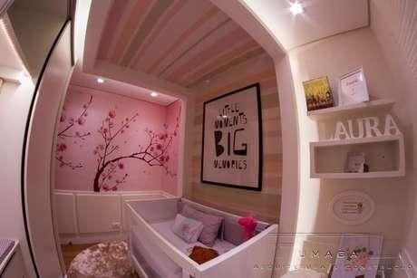 34. Papel de parede para quarto de bebê menina listrado na horizontal. Projeto de J Fumagalli
