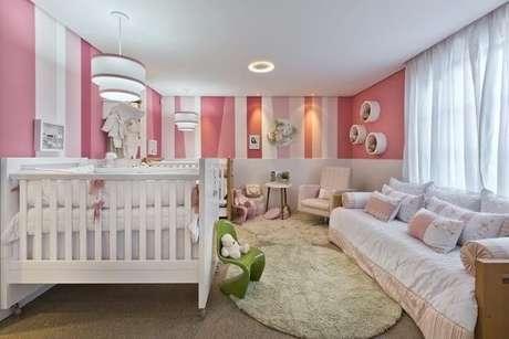 40. Quarto de bebê menina com paredes em tons de rosa e branco