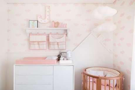 11. O papel de parede para quarto de bebê menina com tema de nuvens deixou a decoração bem delicada. Projeto de Bianchi Lima