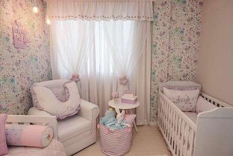18. Papel de parede para quarto de bebê menina com flores lilás. Projeto de Andrea Bento