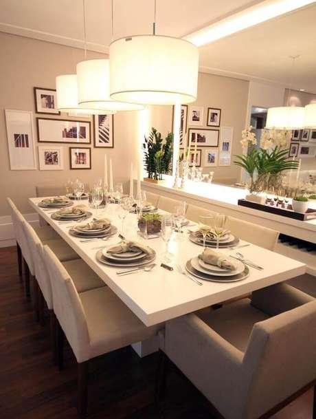 44 – Linda e sofisticada decoração com buffet branco para sala de jantar que ocupa toda a parede, aproveitando bem o espaço disponível