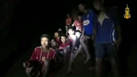 Os 12 meninos e o treinador ficaram agrupados no interior da caverna