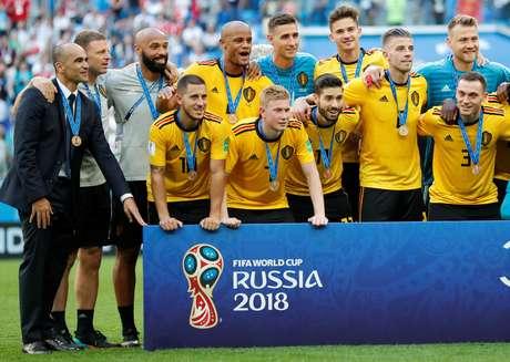 Thierry Henry recebeu a medalha e posou na foto oficial, assim como o treinador Roberto Martínez