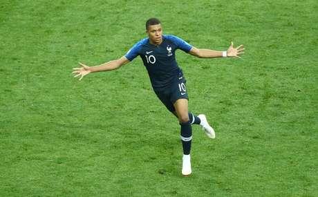 Mbappé marca o quarto gol da França e comemora