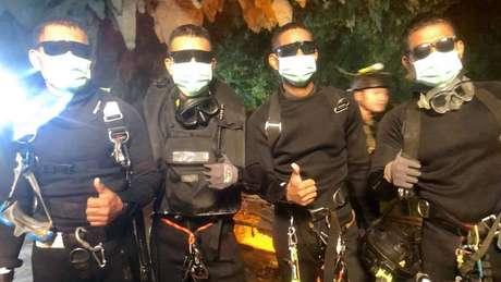 Os quatro últimos socorristas da Marinha a deixar a caverna celebraram o fim da missão