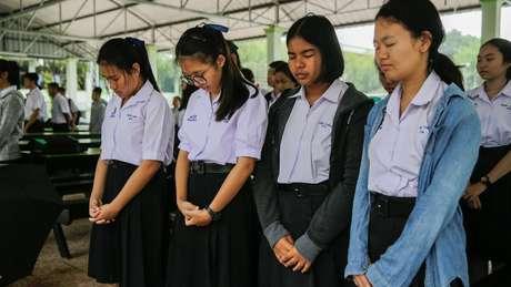 Estudantes tailandeses oraram pelo sucesso da operação