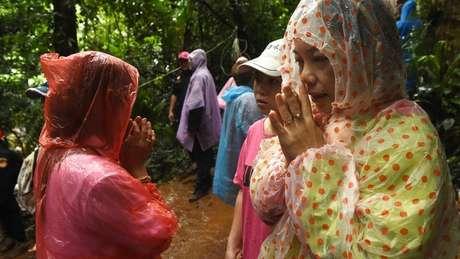 Parentes de meninos presos na caverna tailandesa fizeram vigília