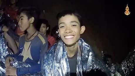 Alguns dos meninos dentro da caverna antes da operação de resgate; plano agora é ficar com a família e passar um tempo em monastério