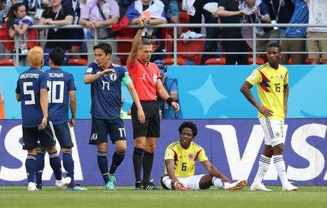 Colombiano Carlos Sanchez é expulso no jogo contra o Japão após colocar a mão na bola