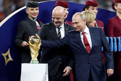 Putin toca o troféu da Copa ao lado do presidente da Fifa, Gianni Infantino