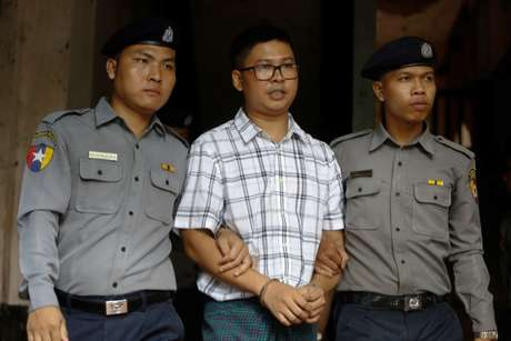 Jornalista da Reuters Wa Lone é escoltado por policiais em tribunal de Yangon 16/07/2018 REUTERS/Ann Wang