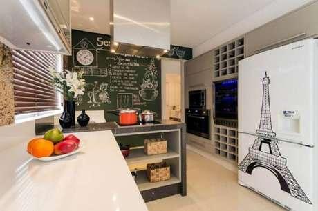 7. Os nichos para cozinha pequena também podem se transformar em uma moderna adega