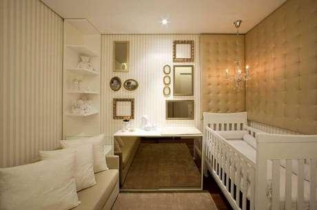 9. Decoração para quarto de bebê pequeno com cômoda espelhada