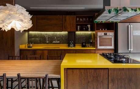 8. Cozinha decorada em tons de amarelo e madeira com nichos decorativos para cozinha