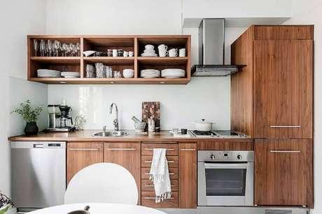 1. Decoração para cozinha planejada toda em tons de branco e de madeira com nichos para cozinha pequena