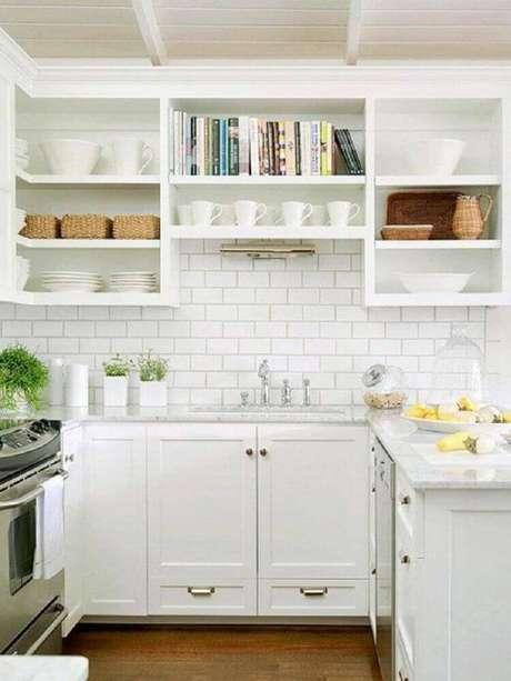 12. Decoração toda branca com nichos para cozinha pequena