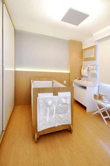 11. Decoração clean para quarto de bebê pequeno planejado todo em madeira