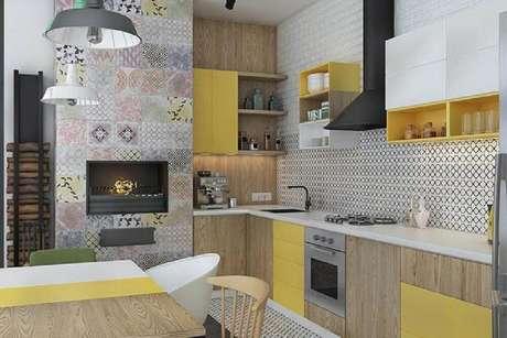 13. Escolha modelos coloridos de nichos decorativos para cozinha levando mais alegria ao ambiente