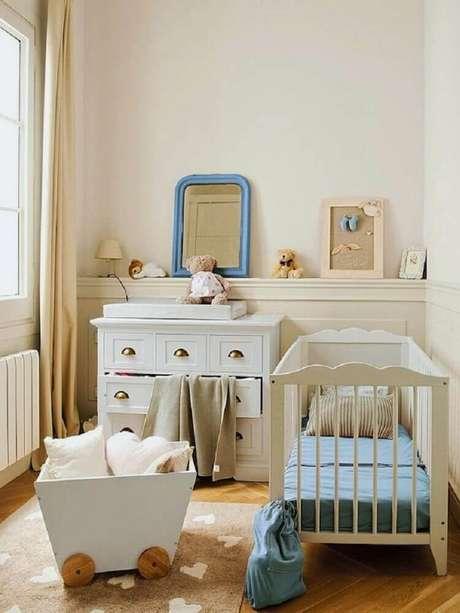 14. Quarto de bebê pequeno decoração com tons neutros