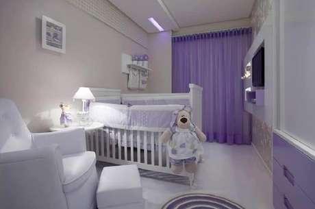 15. Decoração em tons de branco e lilás para quarto de bebê pequeno