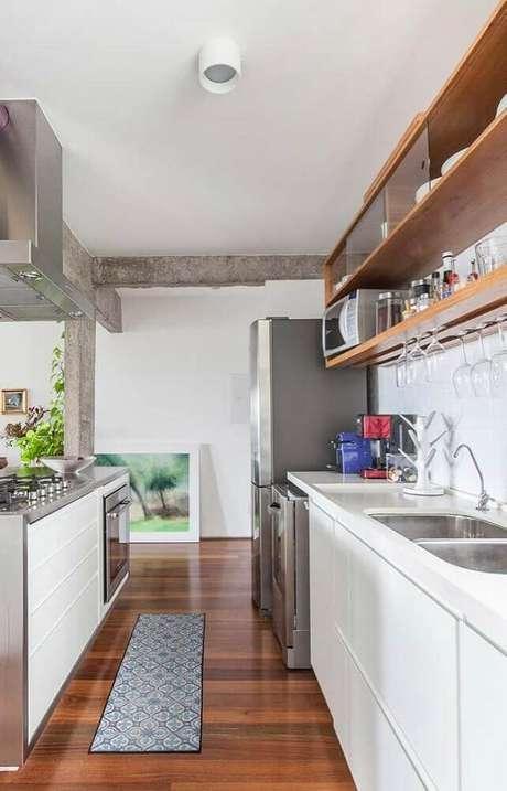 18. Cozinha compacta decorada com nichos para cozinha pequena em tons de madeira