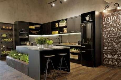 19. Estilo contemporâneo para cozinha com horta, piso de madeira e nichos para cozinha combinando com os armários pretos