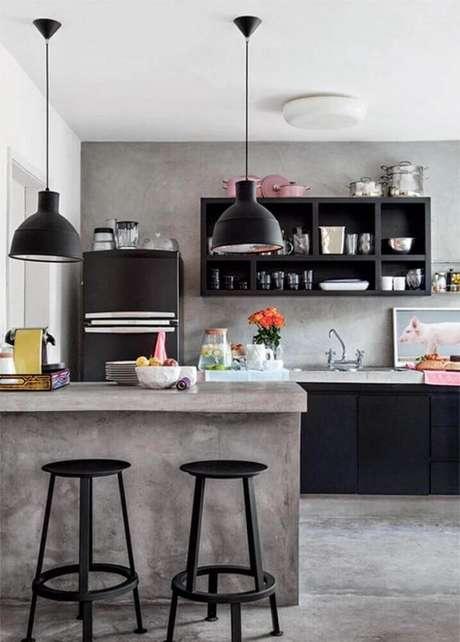 20. O cimento queimado deu um ar moderno para a decoração com nichos para cozinha americana