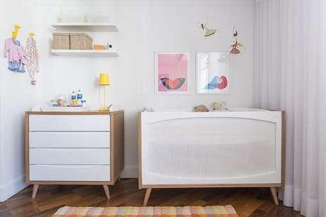 17. Para uma decoração moderna em um quarto de bebê simples e pequeno prefira móveis com linhas mais simples