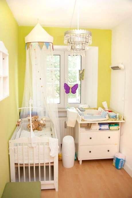 20. Ideias para quarto de bebê decorado com parede amarela