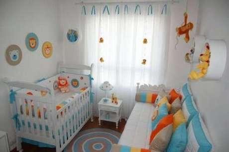 3. Na decoração do quarto pequeno de bebê prefira usar cores mais fortes em detalhes decorativos