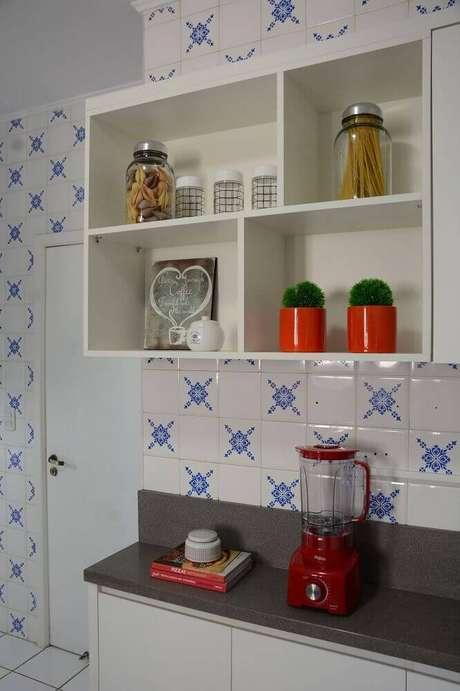 23. Decoração simples com nichos para cozinha pequena
