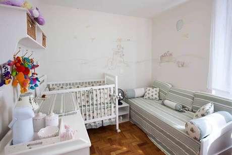 22. Tons claros e neutros trazem a sensação de amplitude para o quarto pequeno de bebê