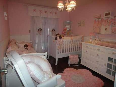 24. Decoração toda em tons de rosa para quarto de bebê simples e pequeno