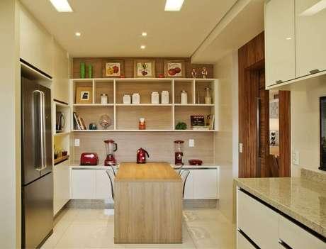 27. Os tons de bege deixaram a estante com nichos para cozinha com um ar clássico e sofisticado