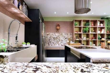 28. Estante de nichos para cozinha gourmet planejada e decorada em tons de preto e bege