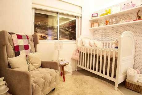 27. A poltrona de amamentação apesar de ser em um modelo grande, se harmonizou bem ao quarto pequeno de bebê graças ao seu tom de bege