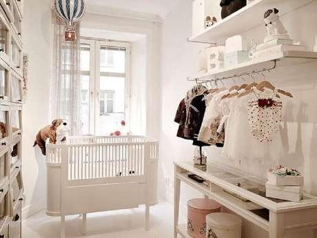 28. Ideias para quarto de bebê decorado com cabideiro