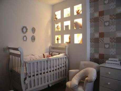 7. Nichos com iluminação embutida são ótimas ideias para quarto de bebê pequeno