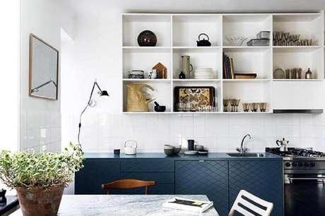 36. Nichos decorativos para cozinha pequena decorada em tons de branco e azul