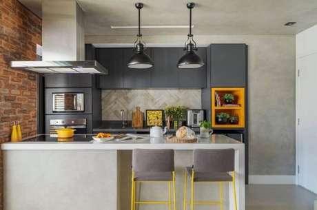 40. Decoração moderna em tons de cinza e cimento queimado com nichos para cozinha americana