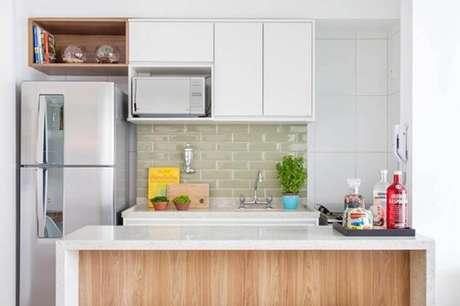 41. Não é necessário ter muitos nichos para cozinha pequena, apenas um já ajuda na organização do espaço