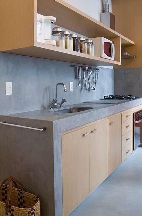 43. Nichos para cozinha pequena decorada em tons de cinza e com armários e nichos de madeira