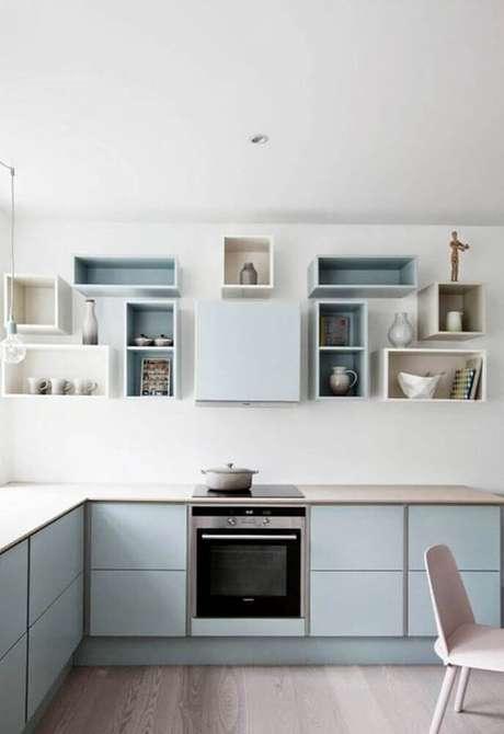 44. Os nichos para cozinha podem ocupar toda uma parede trazendo um ar leve e moderno para a decoração