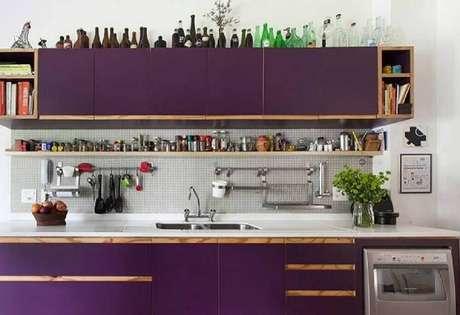 45. Nichos para cozinha pequena com decoração simples com armários roxos