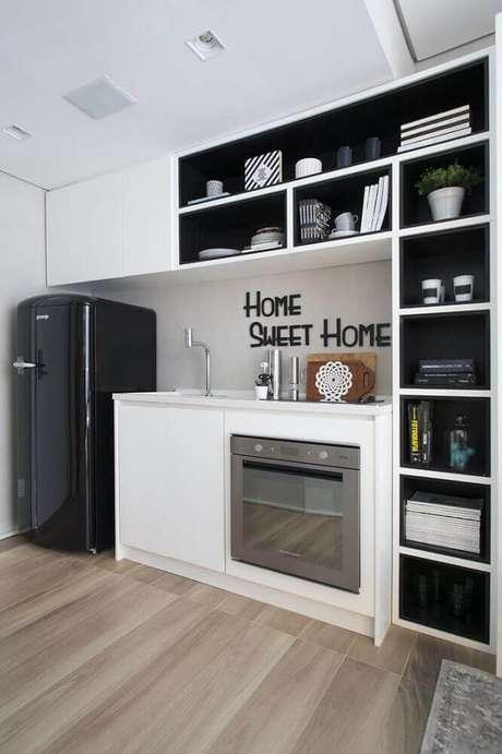 47. Os fundo preto dos nichos decorativos para cozinha branca ganharam bastante destaque no ambiente