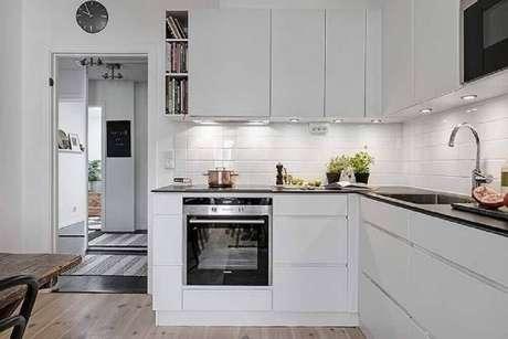 49. Nichos organizadores para cozinha com decoração toda branca e iluminação embutida nos armários