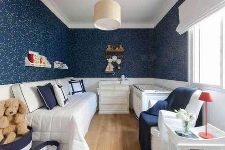 35. Ideias para quarto de bebê pequeno com papel de parede azul escuro na decoração