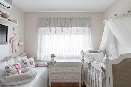 40. Invista em cores claras para o quarto de bebê simples simples e pequeno