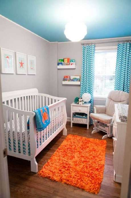 43. Uma das ideias para quarto de bebê pequeno é utilizar cores mais fortes apenas nos detalhes da decoração